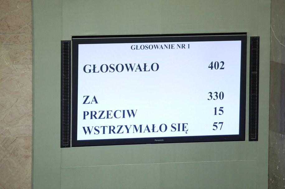 Głosowanie posłów sprawdzające kworum na sali obrad podczas drugiego dnia posiedzenia Sejmu / Leszek Szymański    /PAP