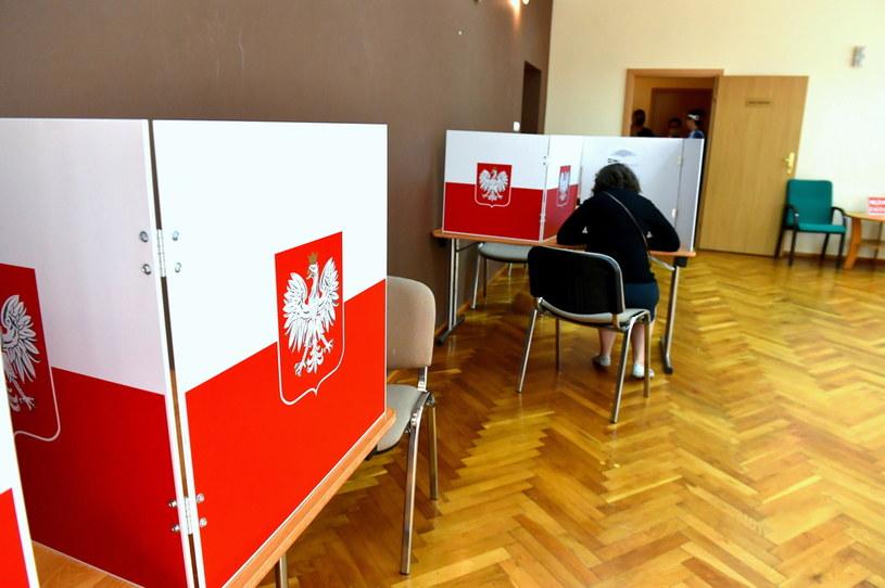 Głosowanie w II turze wyborów /Marcin Bielecki /PAP