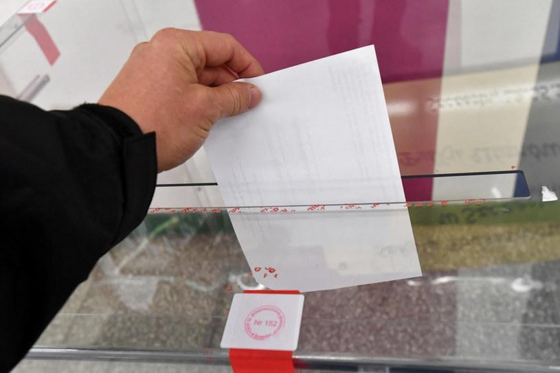 Głosowanie w jednej z komisji wyborczych / Marcin Bielecki    /PAP