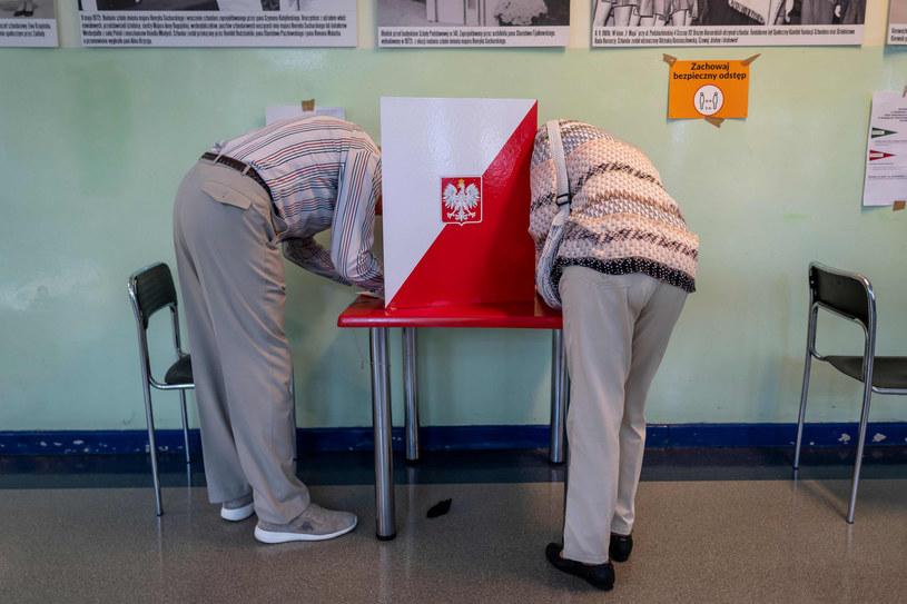 Głosowanie w jednej z warszawskich komisji wyborczych w I turze wyborów /WOJTEK RADWANSKI / AFP /East News