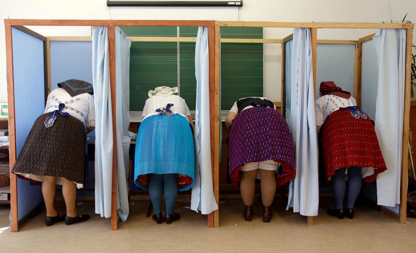 Głosowanie w jednym z lokali na Węgrzech /PETER KOHALMI /AFP