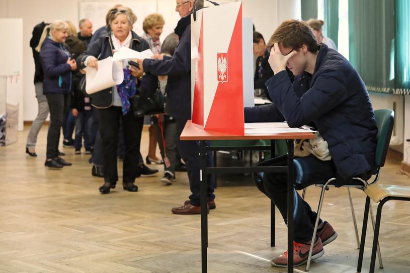 Głosowanie w jednym z lokali w Warszawie /PAP
