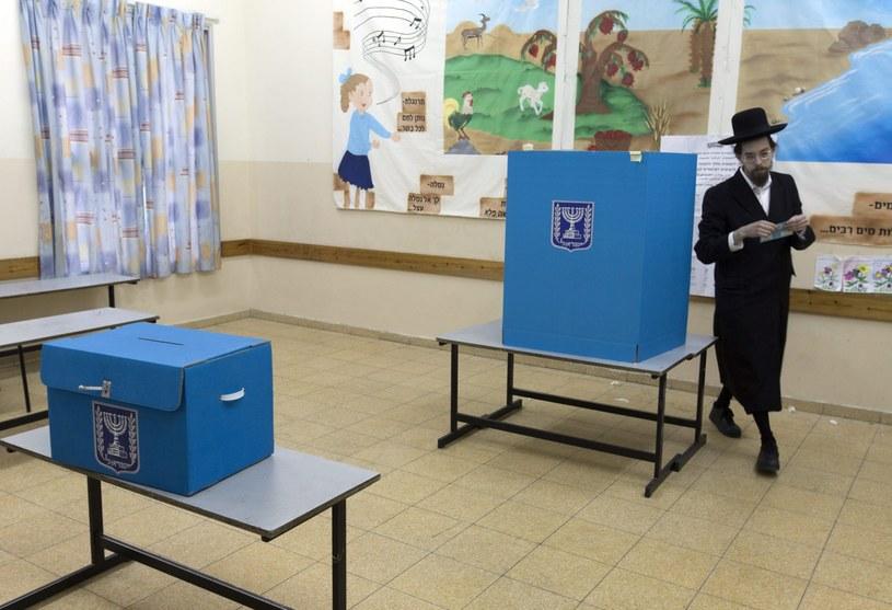 Głosowanie w jednym z lokali wyborczych w Jerozolimie /PAP/EPA