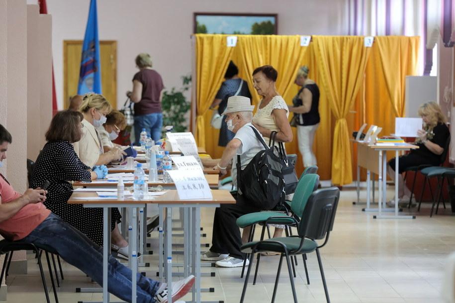 Głosowanie w jednym z lokali wyborczych w Mińsku /Anna Ivanova /PAP