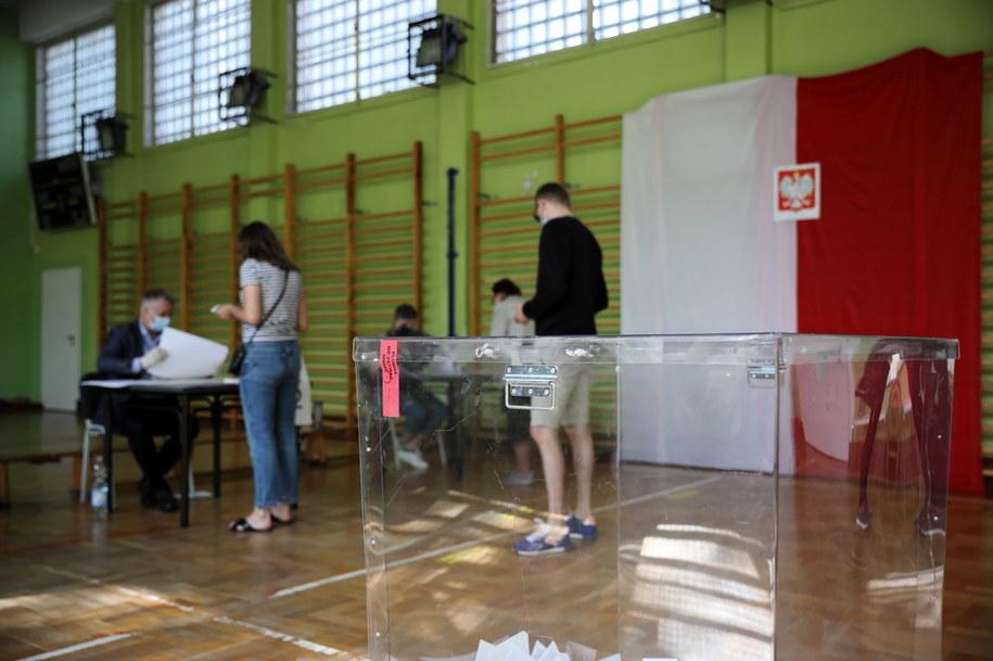 Głosowanie w jednym z lokali wyborczych w Warszawie / Leszek Szymański    /PAP