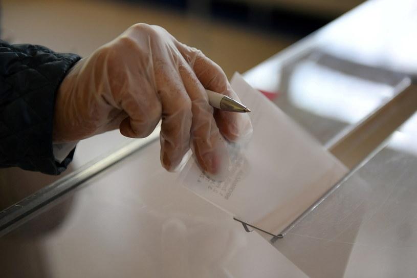 Głosowanie w jednym z lokali wyborczych /Adam Warżawa /PAP