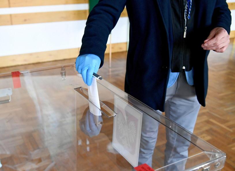 Głosowanie w lokalu Obwodowej Komisji Wyborczej nr 5 w Muninie w gminie Jarosław na Podkarpaciu /Darek Delmanowicz /PAP