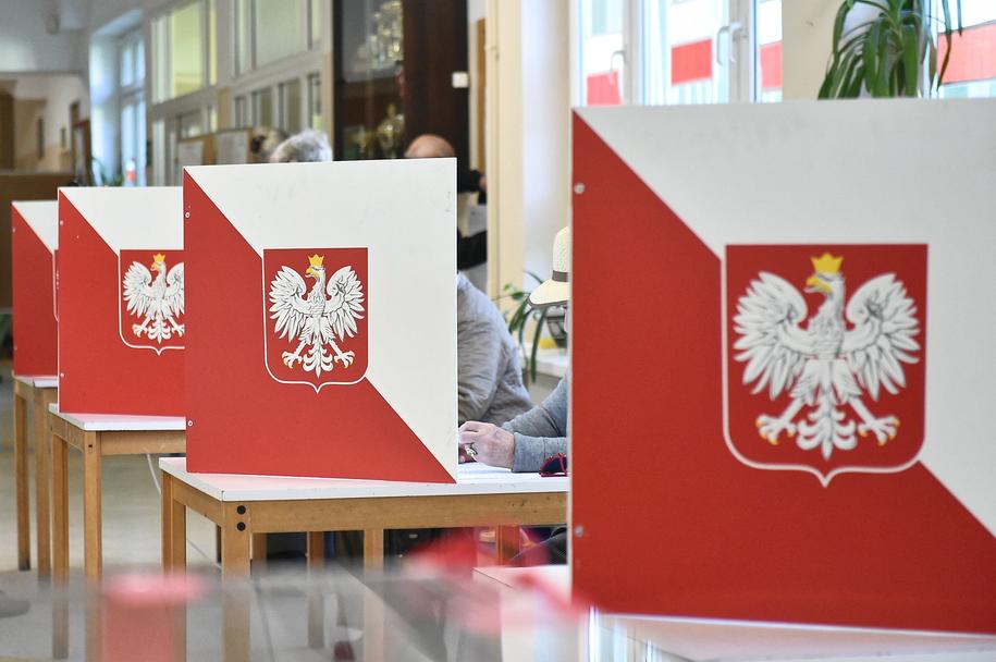 Głosowanie w lokalu wyborczym w Sopocie /Marcin Gadomski /PAP