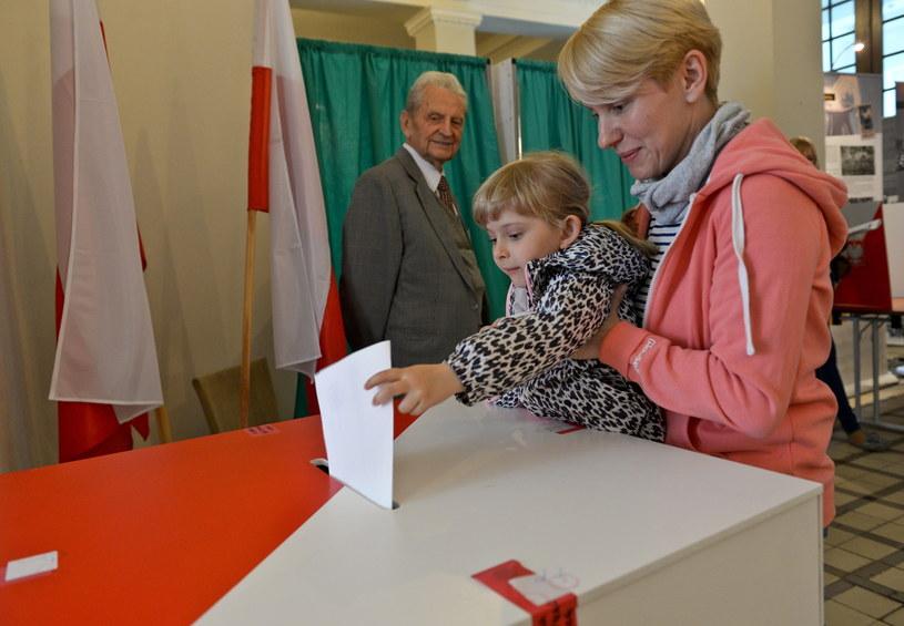 Głosowanie w lokalu wyborczym w Warszawie /Marcin Obara /PAP