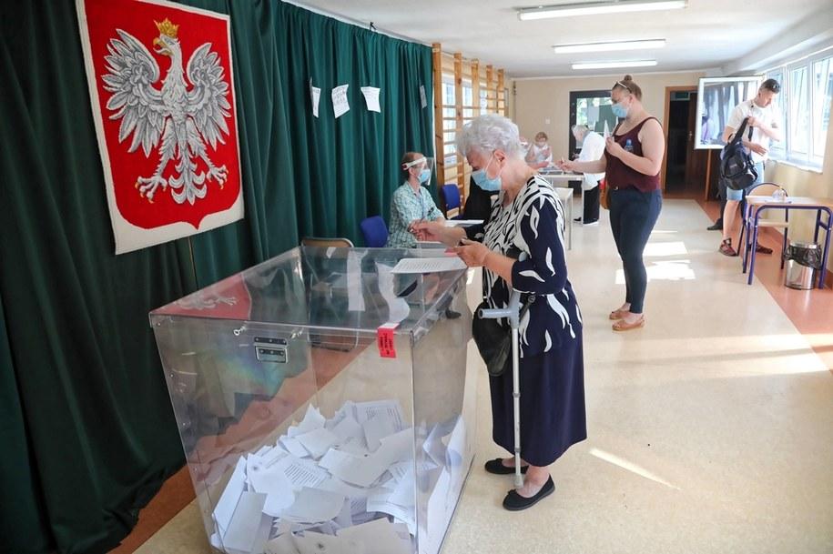 Głosowanie w lokalu wyborczym w XXX LO im. Jana Śniadeckiego w Warszawie /Wojciech Olkuśnik /PAP
