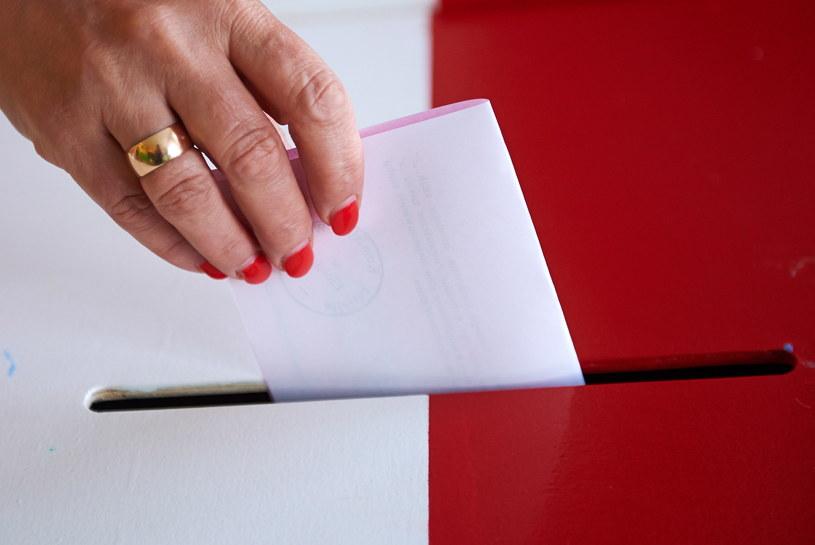 Głosowanie w Obwodowej Komisji Wyborczej nr 10 w Elblągu /Adam Warżawa /PAP