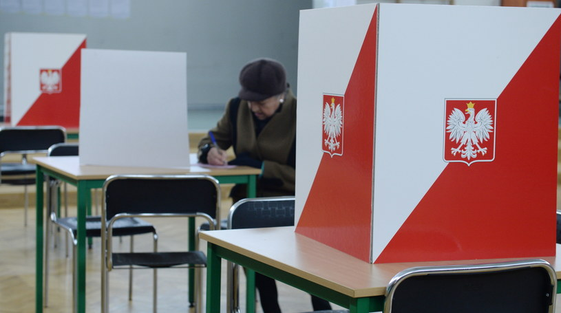 Głosowanie w obwodowej komisji wyborczej nr 572 w Warszawie /Jacek Turczyk /PAP