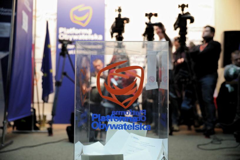 Głosowanie w wyborach na przewodniczącego Platformy Obywatelskiej w lokalu wyborczym w Warszawie / Leszek Szymański    /PAP