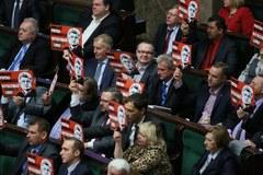 Głosowanie ws. referendum: Dzieci i transparenty w Sejmie