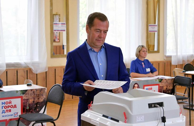 Głosujący premier Dmitrij Miedwiediew /ALEXANDER ASTAFYEV / SPUTNIK / GOVERNMENT PRESS SERVICE POOL /PAP/EPA