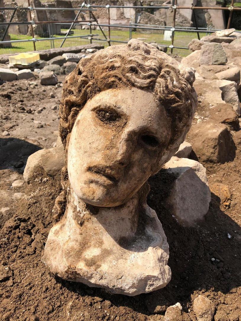 Głowa to według archeologów element statuy młodego boga Dionizosa /EPA/MUNICIPALITY OF ROME /PAP
