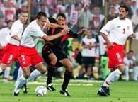 Głowacki walczy o piłkę z Englebertem