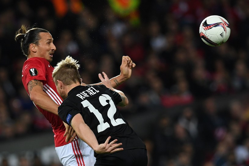 Główkuje as Manchesteru United Zlatan Ibrahimović /AFP
