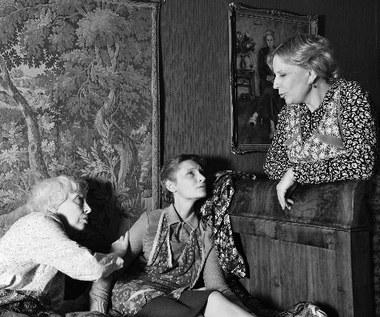 """Główną bohaterką jest Sabina (Agata Buzek), """"szara myszka"""", która właśnie przekroczyła trzydziestkę. W jej życiu wyraźnie brakuje mężczyzny. Matka (Krystyna Janda) próbuje za wszelką cenę znaleźć dla swojej córki odpowiedniego kandydata na męża. Całą sytuację kontroluje babcia (Anna Polony), ekscentryczna dama, przed którą nie uchowa się żadna tajemnica."""