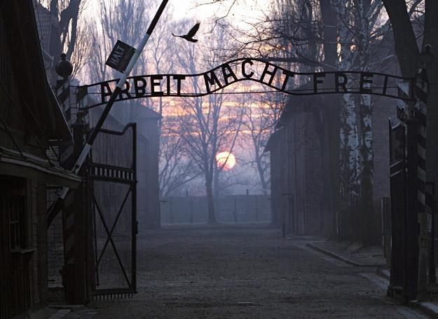 """Główna brama obozu Auschwitz I ze sławnym napisem """"praca czyni wolnym"""" /AFP"""