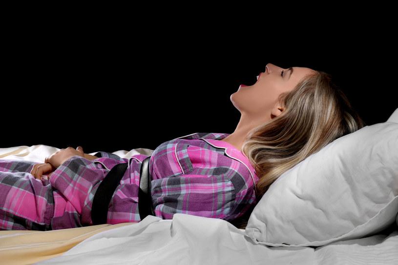 Główne objawy paraliżu sennego to bycie świadomym swojego otoczenia przy jednoczesnej niemożliwości poruszenia się, ani wydania z siebie jakiegokolwiek dźwięku. /123RF/PICSEL