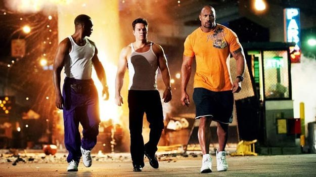 """Główne role w filmie """"Sztanga i cash"""" grają Mark Wahlberg (C) i Dwayne Johnson (P) /materiały dystrybutora"""