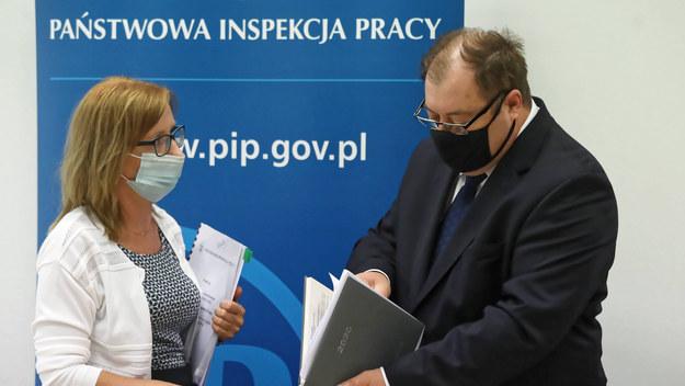 Główny Inspektor Pracy Wiesław Łyszczek i wicedyrektor Departamentu Nadzoru i Kontroli Izabela Waga / Tomasz Gzell    /PAP