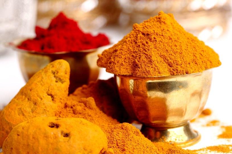 Główny składnik kurkumy, kurkumina, zapobiega zlepianiu się krwinek /123RF/PICSEL