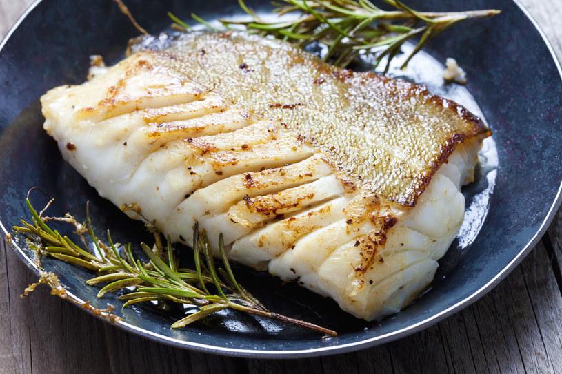 Głównym daniem uroczystej kolacji wigilijnej zazwyczaj jest ryba. /123RF/PICSEL