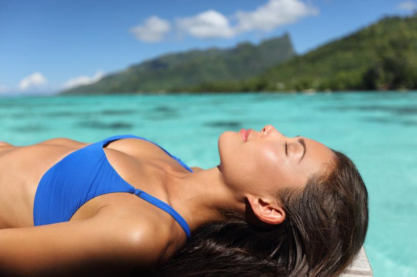 Godziny spędzone na plaży sprawią, że skóra stanie się przesuszona /123RF/PICSEL