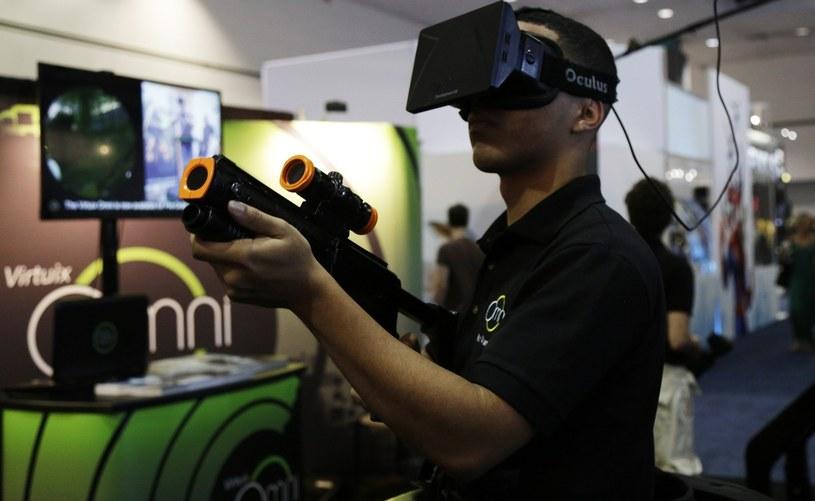 Gogle Oculus Rift w połączeniu z bieżnią do rzeczywistości wirtualnej pozwolą poczuć się jak na polu bitwy /materiały prasowe