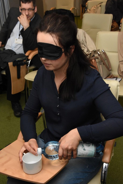 Gogle symulujące schorzenia oczu /Anna Kropaczek /RMF FM