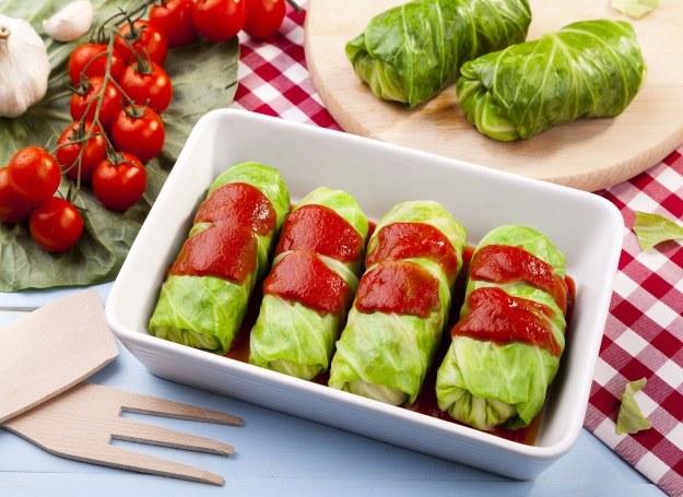 Gołąbki podawaj z sosem pomidorowym /123RF/PICSEL
