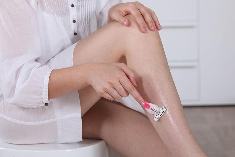 Golenie nóg nie wymaga aplikacji kremu, pod warunkiem, że zaopatrzysz się w golarkę ze specjalnymi nakładkami /123RF/PICSEL