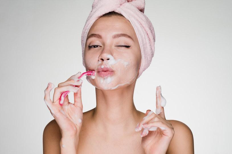 Golenie twarzy pozwala skutecznie usunąć martwy naskórek. Dzięki temu twarz jest gładka i oczyszczona. Co więcej, wygląda również młodziej i jędrniej /123RF/PICSEL