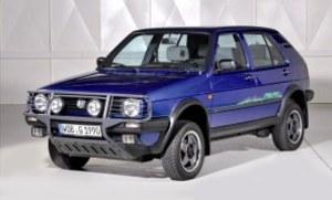 Golf Country z 1990 roku - przodek dzisiejszego Tiguana - miał wyższy o 6 cm prześwit, napęd na cztery koła Syncro i wolnossącą jednostkę 1.8 o mocy 92 KM. /Volkswagen