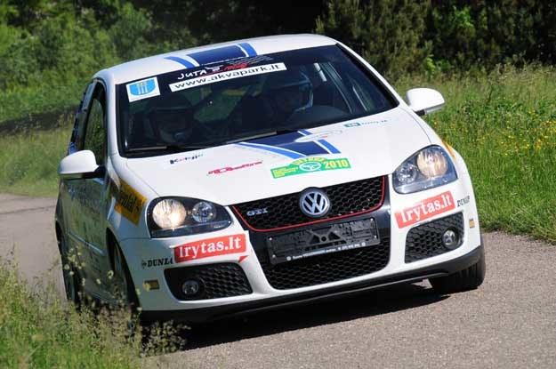 Golfy GTi znalazły się w czołówce rajdu. Fot. Algimantas Brazaitis /