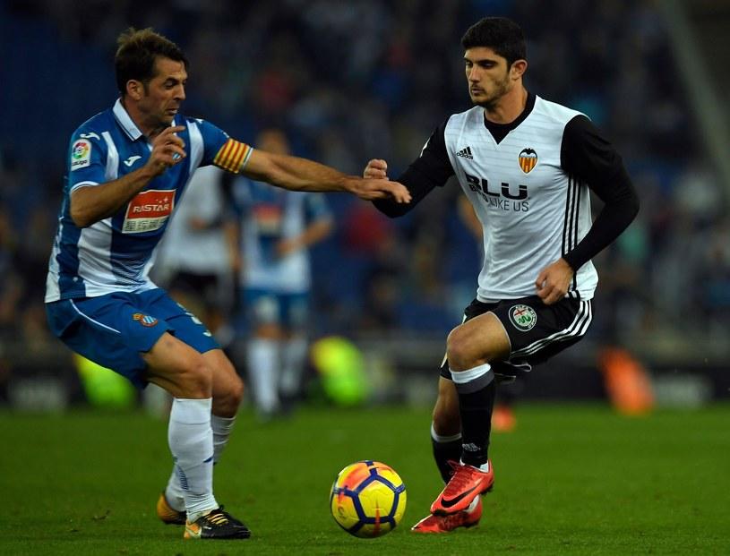 Goncalo Guedes (z prawej) podczas meczu z Espanyolem Barcelona /AFP