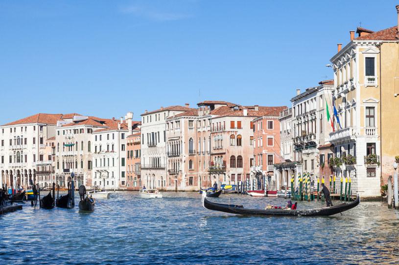 Gondola z turystami w Wenecji. /123RF/PICSEL