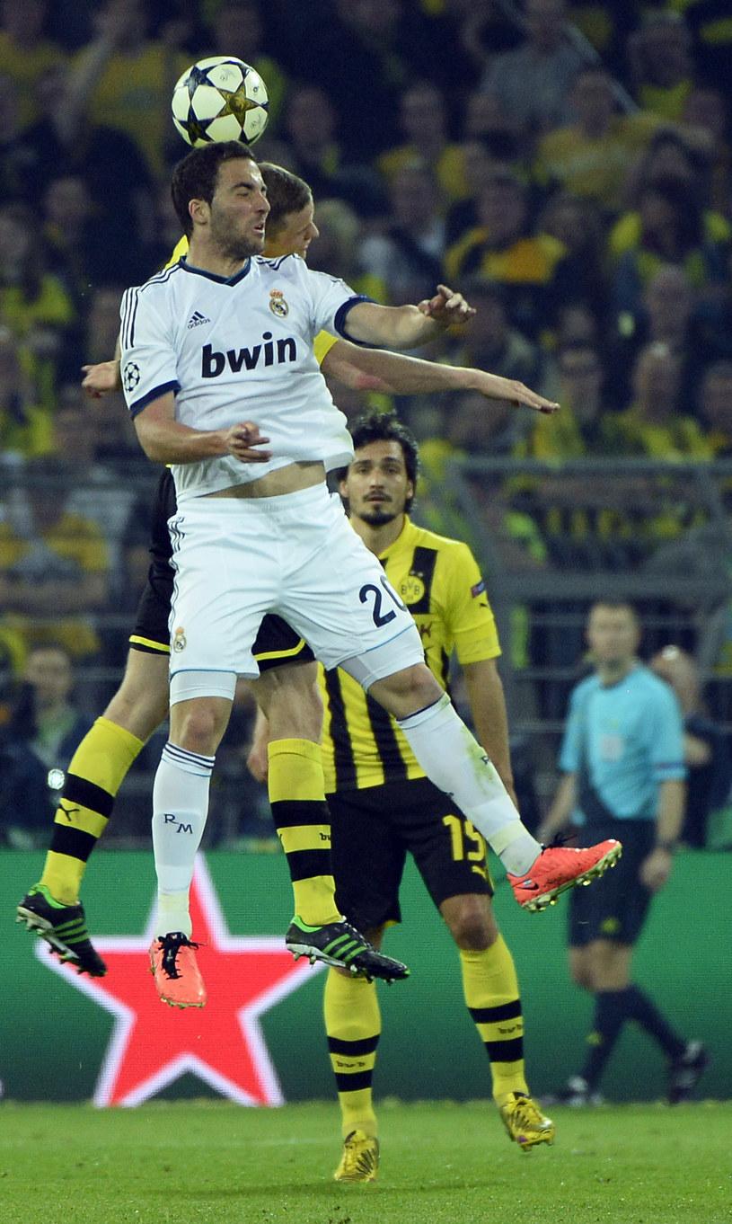 Gonzalo Higuain skacze wysoko, ale kibice Realu chcieliby, aby częściej trafiał do siatki rywali. /AFP