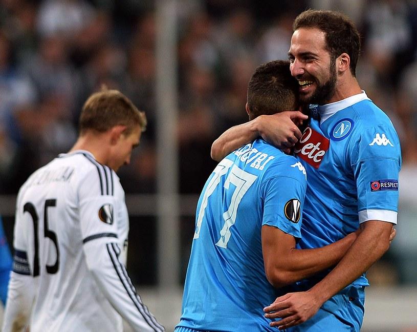Gonzalo Higuain (z prawej) strzelił efektownego gola w Warszawie /AFP