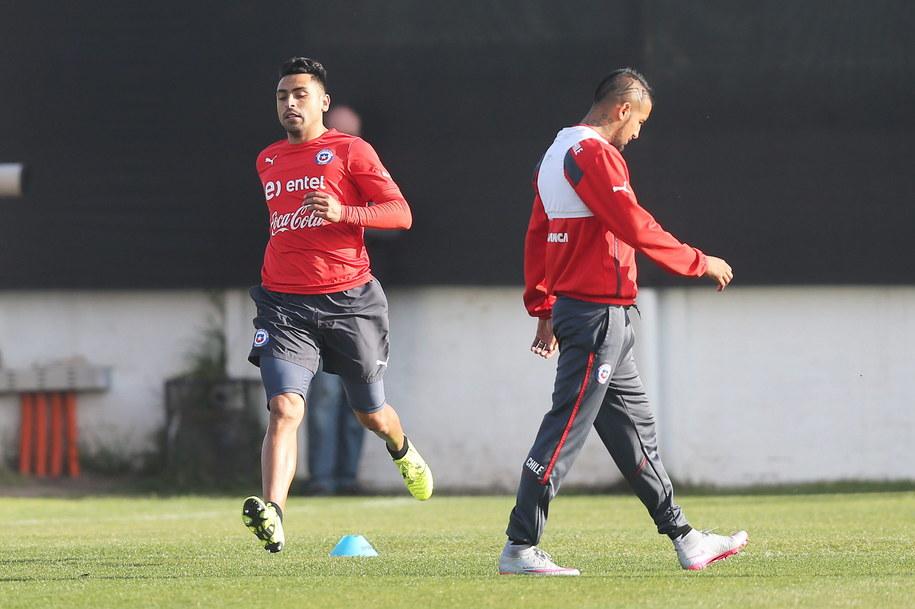 Gonzalo Jara i Arturo Vidal w czasie treningu reprezentacji Chile w Santiago /ELVIS GONZALEZ /PAP/EPA