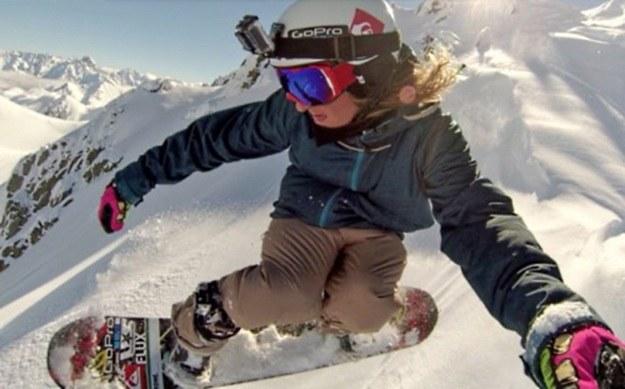 GoPro Hero umieszczone na kasku podczas zjazdu na snowboardzie /materiały prasowe