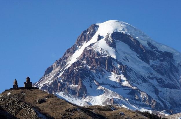 Goprowcy idą na Kazbek szukać trzeciego alpinisty /ZURAB KURTSIKIDZE /PAP/EPA