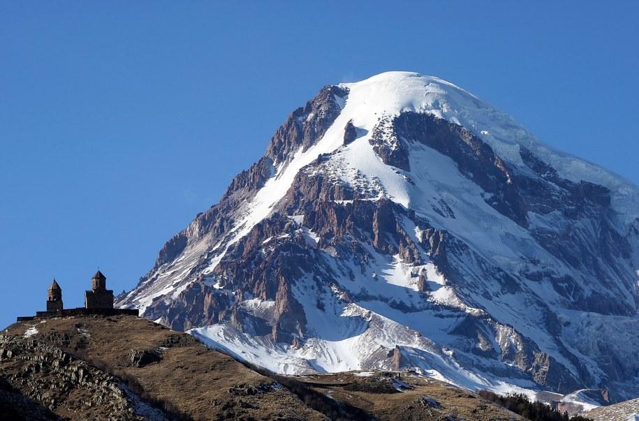 Góra Kazbek to jeden z najwyższych szczytów Kaukazu na granicy Gruzji z Rosją o wysokości ponad pięciu tysięcy metrów /ZURAB KURTSIKIDZE /PAP/EPA