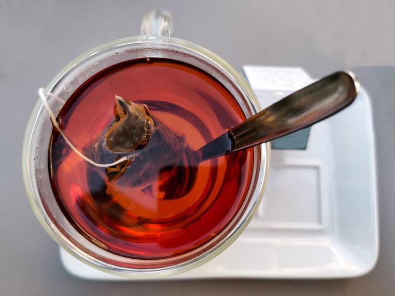 Gorąca herbata może spowodować, że miód straci wszystkie wartości odżywcze /123RF/PICSEL