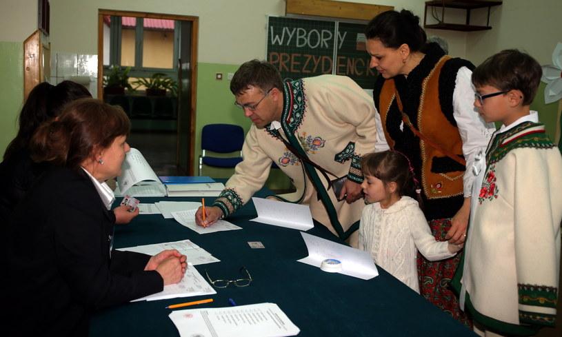 Górale w strojach ludowych głosują w pierwszej turze wyborów prezydenckich, 10 bm. w lokalu wyborczym w Białym Dunajcu /Grzegorz Momot /PAP