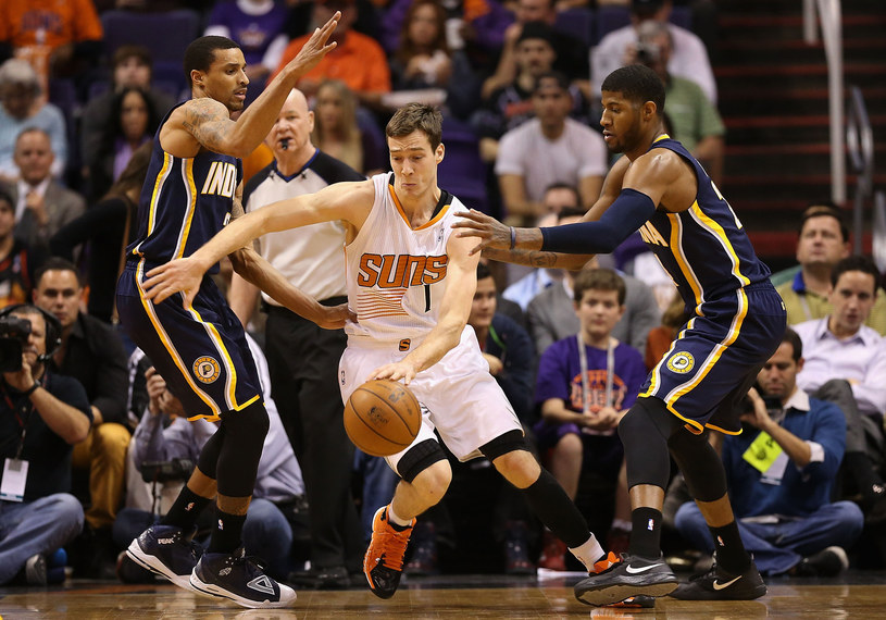 Goran Dragić (z piłką) poprowadził Phoenix Suns do zwycięstwa nad Indiana Pacers /AFP