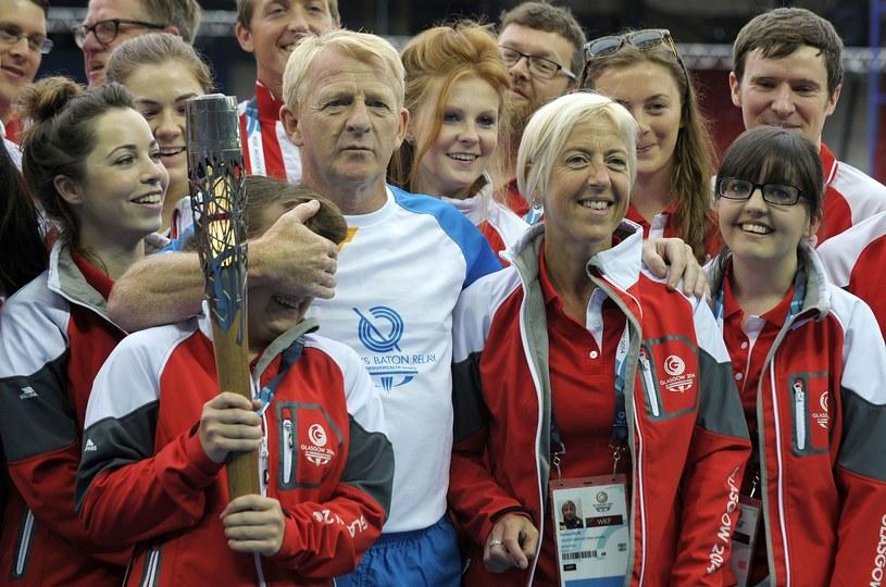 Gordon Strachan pozuje z wolontariuszami pracującymi podczas Igrzysk Wspólnoty Brytyjskiej 2014, jakie odbywały się w Glasgow. /AFP