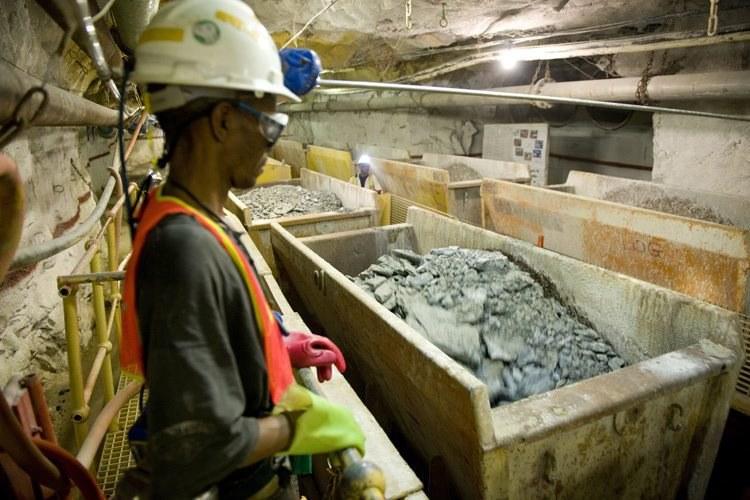 Górnicy byli uwięzieni na głębokości 800 metrów. Zdj. ilustracyjne / Harmony Mines / Philip Mostert    /PAP/EPA